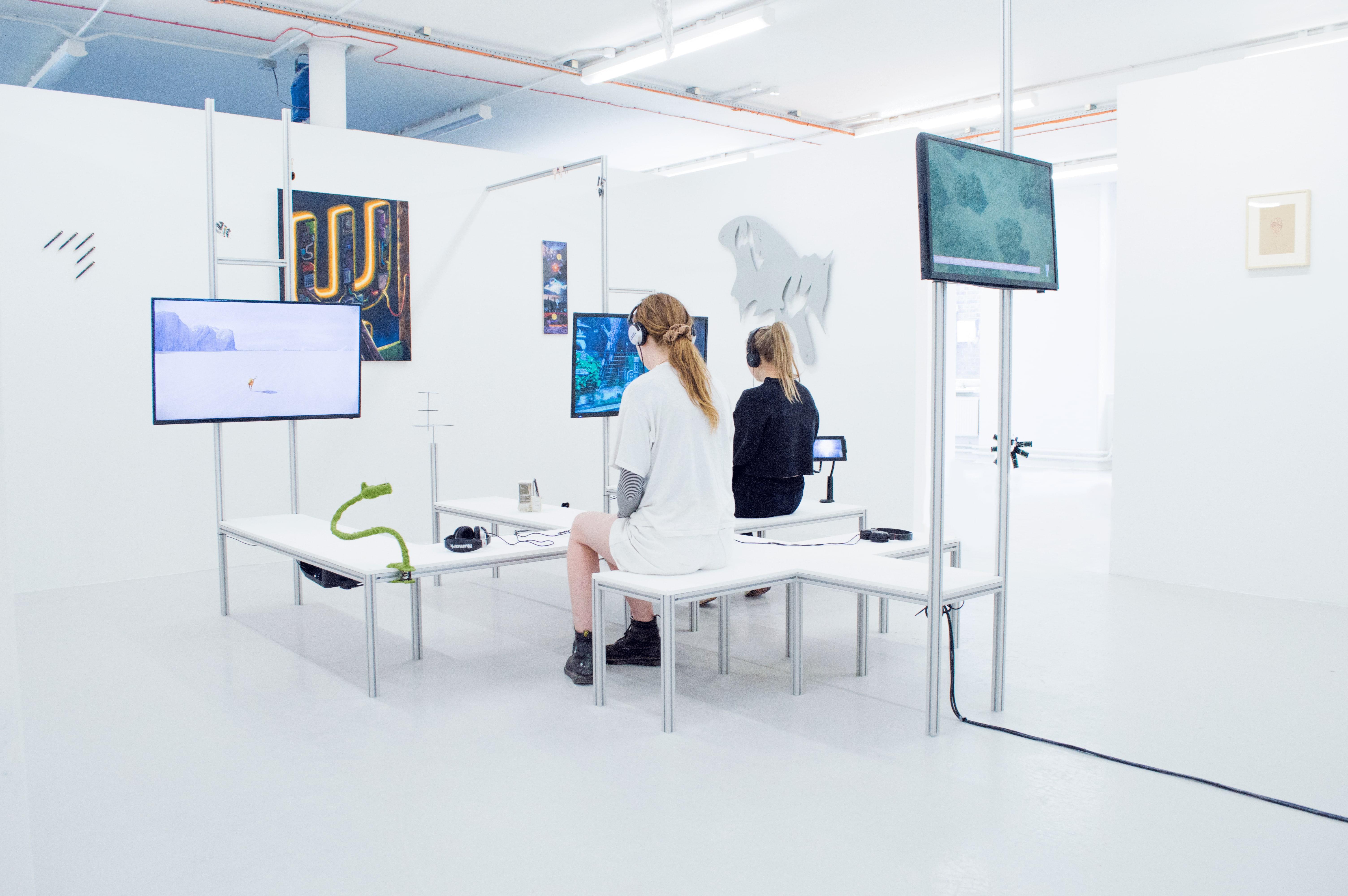 «Duty Free», corporatisation de l'espace public, idéaux utopiques et internet au Chelsea College of Arts de Londres